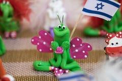 Farfalla fatta a mano divertente del ricordo che tiene vendita israeliana della bandiera al mercato dell'artigianato immagini stock libere da diritti