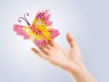 Farfalla rosa in una mano Fotografie Stock