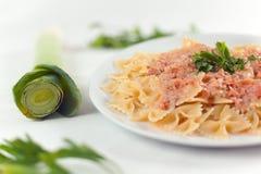 farfalle意大利面食三文鱼调味汁 图库摄影