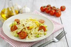 Farfalle用夏南瓜、蕃茄和乳酪 库存照片