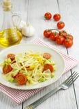 Farfalle用夏南瓜、蕃茄和乳酪 免版税图库摄影