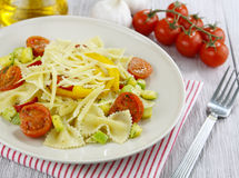 Farfalle用夏南瓜、蕃茄和乳酪 免版税库存照片