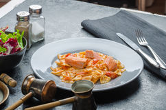Farfalle用西红柿酱和烤三文鱼 库存图片