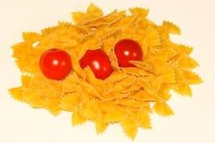 Farfalle面团和蕃茄 图库摄影
