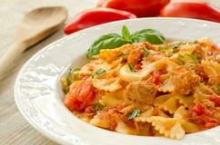 Farfalle överträffade med tomatsås och tonfisk Royaltyfria Bilder