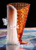 Farfalle & perle sul calice Immagine Stock Libera da Diritti