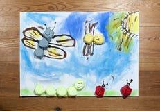 Farfalle che volano sopra il prato - pittura del ` s dei bambini Fotografie Stock Libere da Diritti