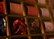 Farfalle, cravatte e sciarpe per gli uomini e le donne Fotografie Stock Libere da Diritti
