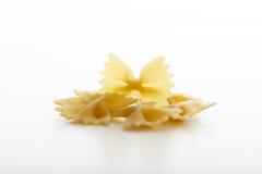 Farfalle de pâtes sur le fond blanc Images libres de droits