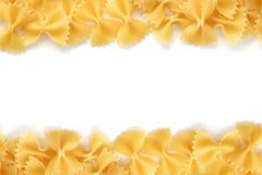 Farfalle de pâtes sur un fond blanc photographie stock libre de droits
