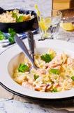 Farfalle de pâtes avec des saumons Photo stock