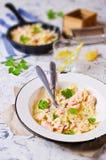 Farfalle de pâtes avec des saumons Images libres de droits
