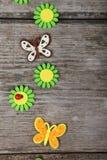 Farfalle e fiori fatti del panno fotografie stock libere da diritti