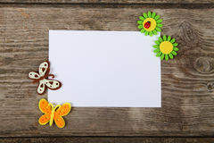 Farfalle e fiori fatti del panno ed e della cartolina d'auguri fotografia stock libera da diritti
