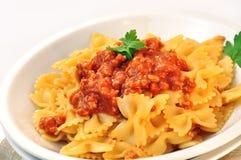 Farfalle italiano de las pastas con la salsa de la carne y de tomate Foto de archivo