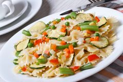 Farfalle italien de pâtes avec des tranches de plan rapproché de légumes Photographie stock
