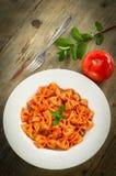 Farfalle met tomaat en garnalen Royalty-vrije Stock Fotografie