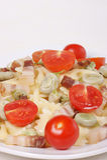 Farfalle met tuinbonen, bacon en tomaten Royalty-vrije Stock Foto's