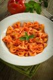 Farfalle mit Tomate und Garnelen Lizenzfreie Stockfotografie