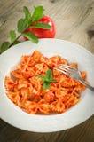 Farfalle mit Tomate und Garnelen Lizenzfreie Stockfotos
