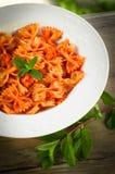 Farfalle mit Tomate und Garnelen Stockbilder