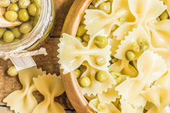 Farfalle pasta with green peas in a bowl Royalty Free Stock Photos