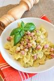 Farfalle pasta med ärtor Royaltyfri Fotografi