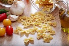 Farfalle pasta på en tabell Fotografering för Bildbyråer