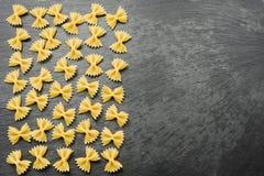Farfalle seco en la tabla gris Foto de archivo