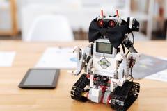 Farfallino d'uso del robot alla moda all'interno Fotografia Stock