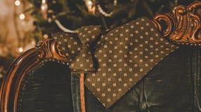 Farfallino del pois di Brown, gemelli, sciarpa del ` s degli uomini e legame classici del collo sulla scatola attuale di legno Immagine Stock Libera da Diritti