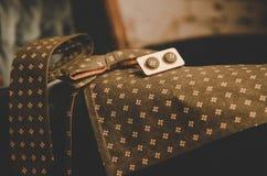 Farfallino del pois di Brown, gemelli, sciarpa del ` s degli uomini e legame classici del collo sulla scatola attuale di legno Fotografia Stock