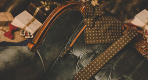 Farfallino del pois di Brown, gemelli, sciarpa del ` s degli uomini e legame classici del collo sulla scatola attuale di legno Fotografie Stock Libere da Diritti