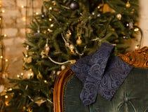 Farfallino del pois, gemelli, sciarpa del ` s degli uomini e legame classici blu del collo sulla scatola attuale di legno Fotografia Stock