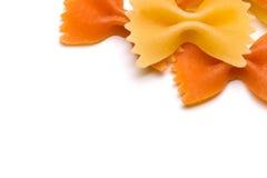 Farfallino rosso e pasta gialla isolata su bianco Immagini Stock