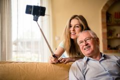 Farfar med barnbarnselfie Fotografering för Bildbyråer