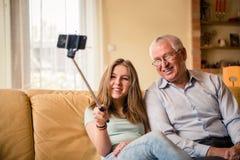 Farfar med barnbarnselfie Arkivbilder