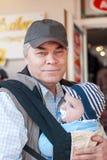 Farfar med det förtjusande barnbarnet arkivfoton