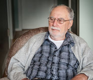 Farfar med en grå tröja Arkivfoton