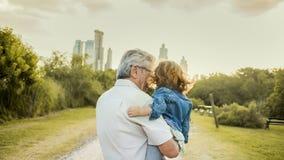 Farfar och barn Royaltyfri Bild