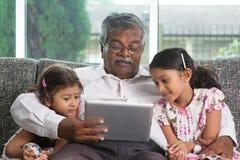 Farfar och sondöttrar Arkivbilder