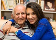 Farfar och sondotter arkivbild