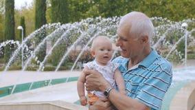 Farfar och sondotter lager videofilmer