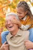 Farfar och sondotter som har gyckel Royaltyfria Bilder