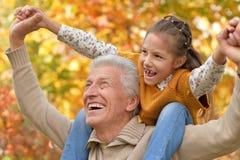 Farfar och sondotter som har gyckel Arkivfoton