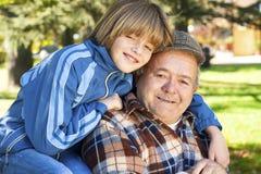 Farfar och sonson Arkivfoton