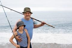 Farfar och sonson på fiske. Royaltyfri Bild