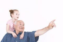Farfar som spenderar tid med sondottern Royaltyfria Foton