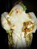 Farfarfrost Santa Claus, St Nicholas, Joulupukki med gåvor på en svart bakgrund Royaltyfria Bilder