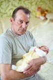 farfarsonson hans nyfödda holding lovingly Arkivbild